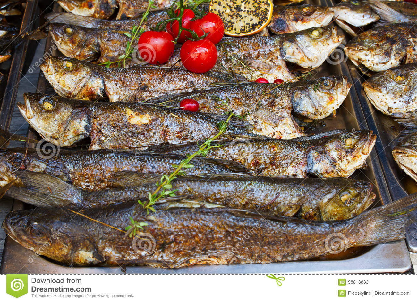 kitchen booths fruit basket 在开放街道食物厨房国际食物节日事件的食物摊位服务的烤鱼雪鱼库存图片 在开放街道食物厨房国际食物节日事件的食物摊位服务的烤鱼