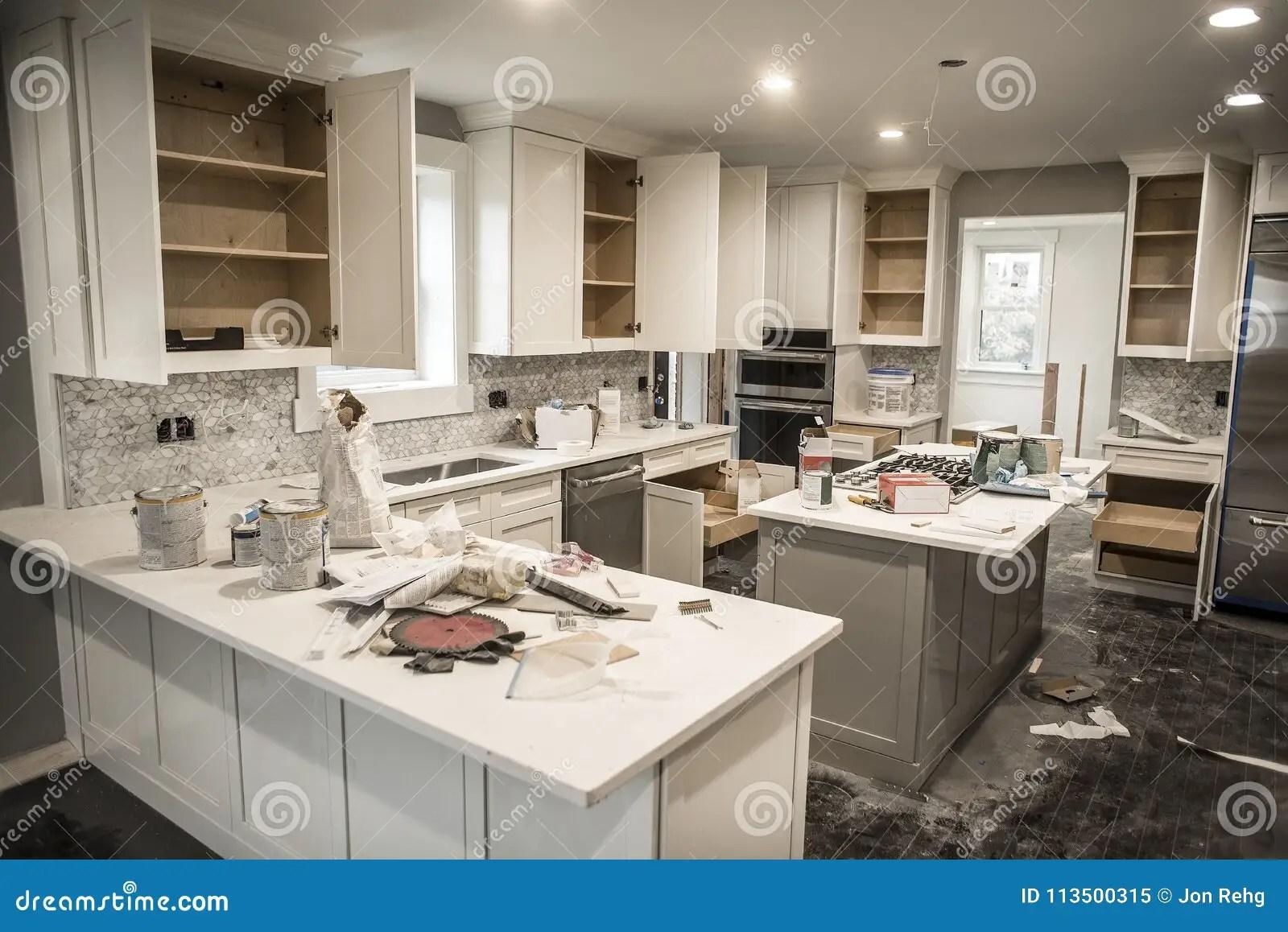 kitchen paints commercial supply store 在改造的杂乱家庭厨房与橱门期间打开凌乱与油漆罐头 工具和肮脏的旧布