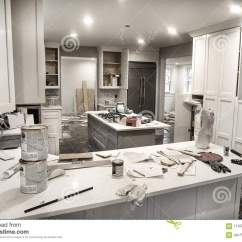 Kitchen Paints Kingston Brass Faucets 在改造的杂乱家庭厨房与橱门期间打开凌乱与油漆罐头 工具和肮脏的旧布