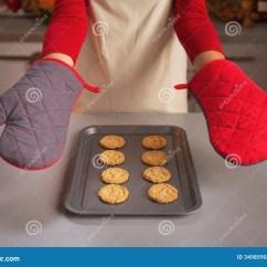Kitchen Gloves Narrow Countertops 在显示由年轻主妇和christma的厨房手套的特写镜头库存照片 图片包括有 在显示由在平底锅的年轻主妇和圣诞节曲奇饼的厨房手套的特写镜头
