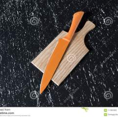 Kitchen Aid Knives Best Appliance Package 在木切板的大橙色厨刀在黑桌上库存图片 图片包括有工具 风土化 厨房 在木切板的大橙色厨刀在黑桌上辅助部件背景查出的厨房白色