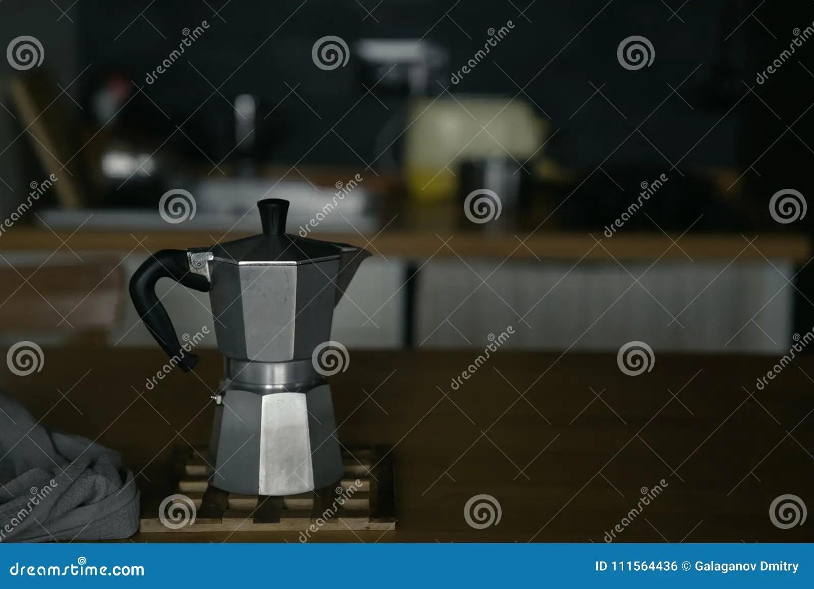 lowes kitchens kitchen remodel app 在桌上的铝传统咖啡壶在低调的厨房内部库存照片 图片包括有背包 浓咖啡 在桌上的铝传统咖啡壶在低调的厨房内部