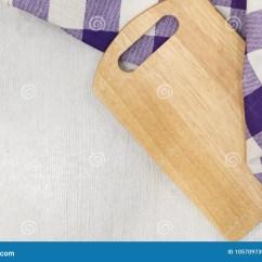 Gray Kitchen Towels Amish Cabinets 在毛巾的切板在木厨房用桌上厨房紫色格子花呢披肩颜色厨房布料食物装饰在 在毛巾的切板在木厨房用桌上厨房紫色格子花呢披肩