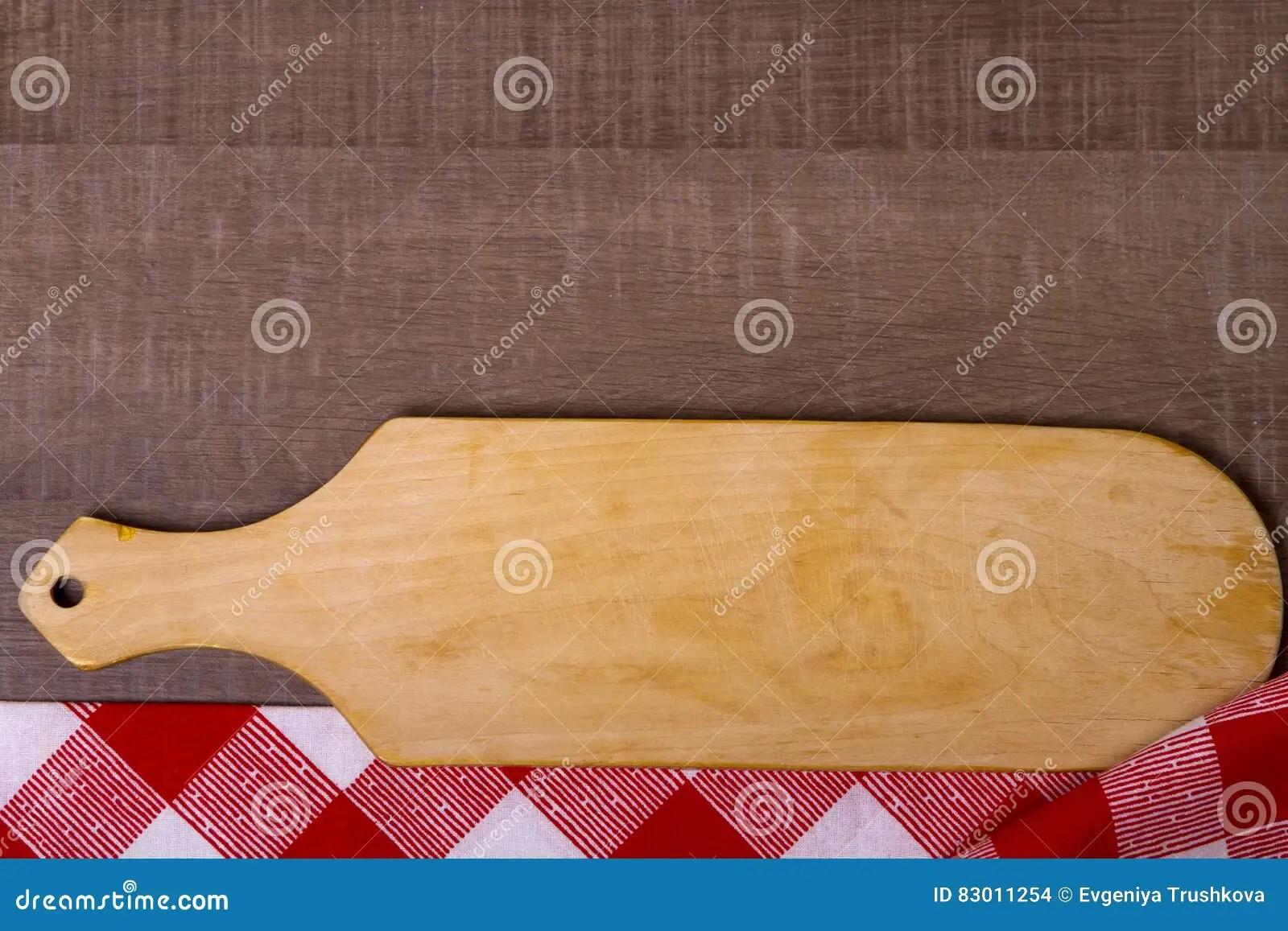 towel for kitchen how much is it to remodel a small 在毛巾的切板在木厨房用桌上库存照片 图片包括有桌布 设计 干净 剪切 在毛巾的切板在木厨房用桌上
