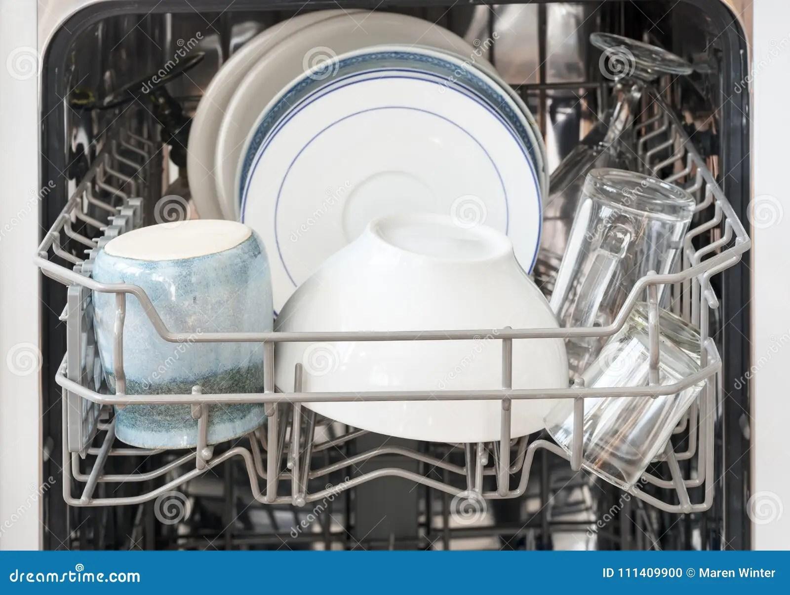 kitchen aid dishwashers kohler farmhouse sink 在洗碗机的篮子的盘 为清洗 slecte准备库存照片 图片包括有牌照 slecte准备