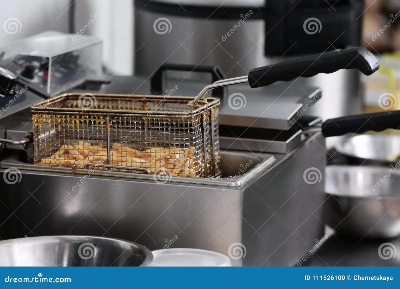kitchen fryer small table plans 在深炸锅的炸薯条在厨房库存照片 图片包括有主厨 新鲜 厨师 健康 炸 在深炸锅的炸薯条在厨房