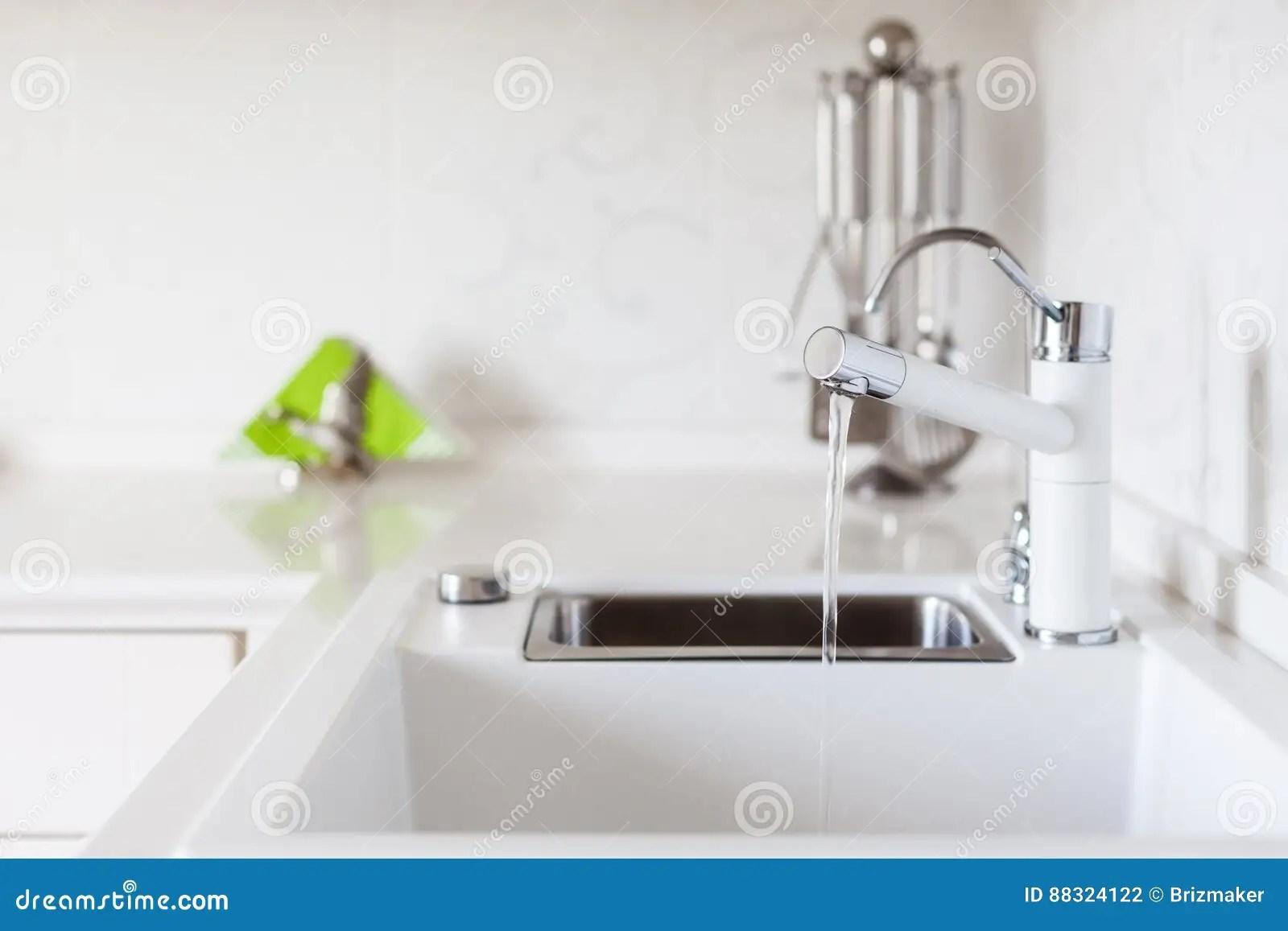 24 kitchen sink stonewall pancake mix 在白色厨房水槽的现代设计师镀铬物水龙头库存照片 图片包括有龙头 模式 在白色厨房水槽的现代设计师镀铬物水龙头