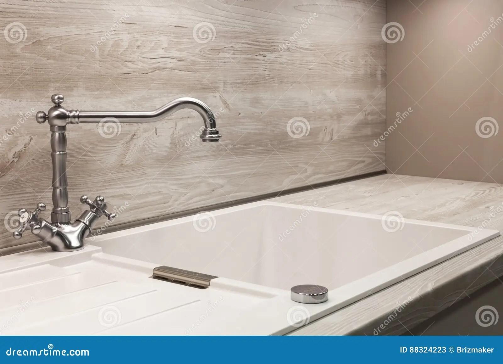 24 kitchen sink painting cabinets black 在白色厨房水槽的现代设计师镀铬物水龙头库存图片 图片包括有干净 任何 在白色厨房水槽的现代设计师镀铬物水龙头