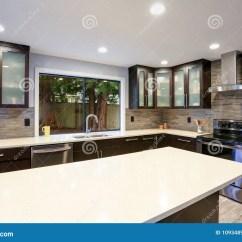 Updated Kitchens Custom Kitchen Hoods 在白色和黑暗的口气的更新当代厨房室内部库存图片 图片包括有房子 内部 与白色柜台和黑暗的木内阁的更新当代厨房室内部符合豪华不锈钢装置