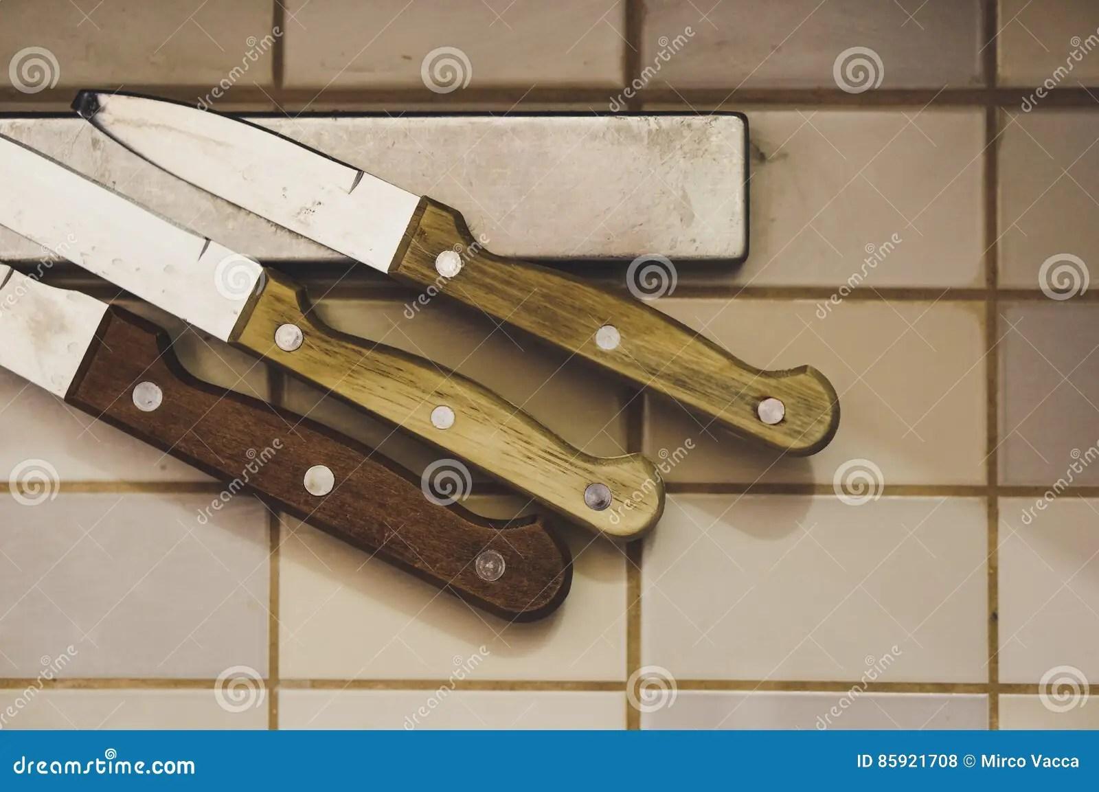 kitchen knife magnet 2x3 rug 在磁铁的厨刀库存照片 图片包括有金属 工具 不锈 设备 国内 虚拟 有木把柄的三把厨刀在磁铁在软的焦点