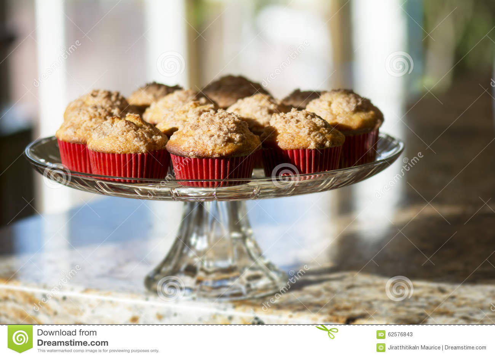 granite top kitchen cart high table set 在红色纸杯的香蕉松饼在蛋糕在厨台站立库存图片 图片包括有快餐 制动手 与红糖顶部的阳光光亮的香蕉松饼在清楚的玻璃cakestand的红色纸杯在厨房花岗岩工作台面