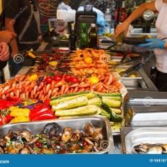 Kitchen Booths European Style Cabinets 在食物摊位的人买的食物在开放街道食物厨房国际节日事件库存图片 图片 在食物摊位的人买的食物在开放街道食物厨房国际节日事件