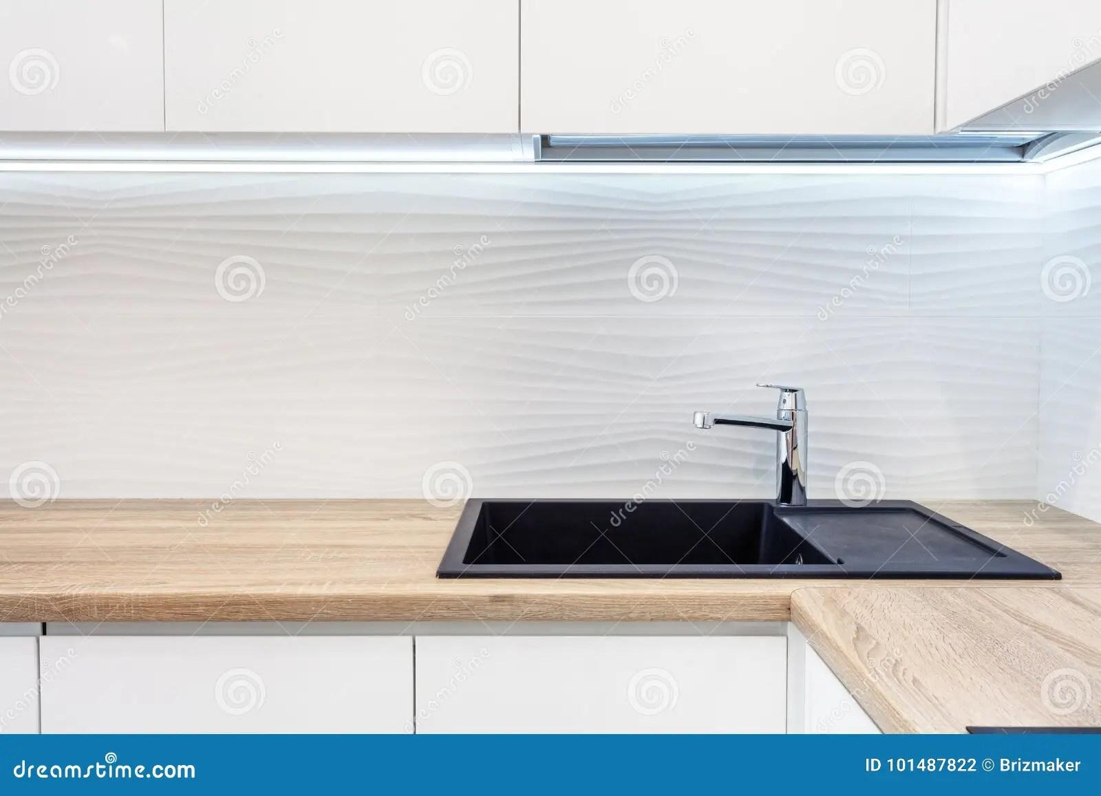 new kitchen sink cabinets colors 在黑新的厨房水槽的现代设计师镀铬物水龙头厨房表面的操作范围由木头制成 在黑新的厨房水槽的现代设计师镀铬物水龙头厨房表面的