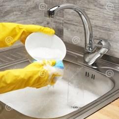 Blue Kitchen Sink Cabinet Hinges 在黄色手套洗碗器的手反对厨房水槽库存图片 图片包括有国内 牌照 手套 关闭在充分洗涤有蓝色清洁海绵的黄色防护橡胶手套的女性手白色碗反对厨房水槽泡沫和碗筷