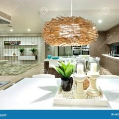 Kitchen Ceiling Lights Wooden Step Stools For The 垂悬在白色桌的一盏闪动的天花板灯在晚上库存照片 图片包括有家具 最高 在竹子或藤条材料或过滤器做的灯盖子照亮与绿色植物一个黑发光的花瓶的和两个蜡烛的它白色桌在白色candlebras 全客厅有在天花板 的小光 有一个客厅和一个厨房在背景中