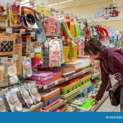 Sears Kitchen Remodel Planner 埃斯基谢希尔 土耳其 2017年4月17日 厨房器物在超级市场的待售在埃斯 厨房器物在超级市场的待售在埃斯基谢希尔 土耳其搁置在厨房器物部分的少妇购物在商城