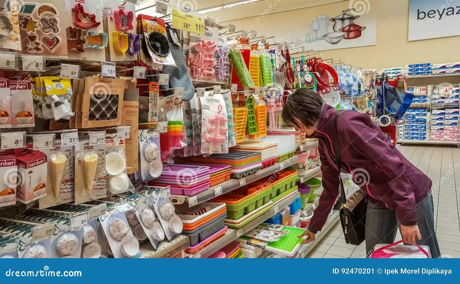 sears kitchen black faucet 埃斯基谢希尔 土耳其 2017年4月17日 厨房器物在超级市场的待售在埃斯 厨房器物在超级市场的待售在埃斯基谢希尔 土耳其搁置在厨房器物部分的少妇购物在商城