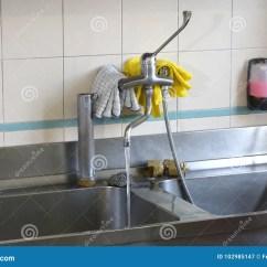 Kitchen Prep Sink Backsplash For Ideas 大不锈钢水槽在一个工业厨房里库存图片 图片包括有轻拍 护身符 烹调法 大不锈钢水槽在准备的饭食一个工业厨房里在军用餐具