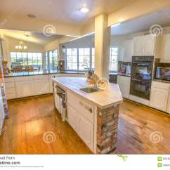 Farm Kitchen Sink Rolling Cabinet 大农场有砖和木头桌面的样式厨房库存图片 图片包括有拱道 内部 装饰 大农场有砖和木头桌面的样式厨房