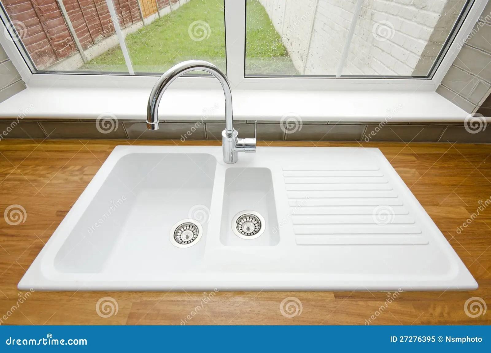 ceramic kitchen sink coffee signs decor 大空白陶瓷厨房水槽库存图片 图片包括有给上釉 陶瓷 设计 龙头 不锈 一个大空白cermaic厨房水槽的厨房详细资料与镀铬物龙头和固定的木worktop的