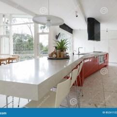 Kitchen Designer Island With Drop Leaf Clearance 大设计师厨房在有露台outl的现代澳大利亚家库存照片 图片包括有澳大利亚 大设计师厨房在有露台outl的现代澳大利亚家