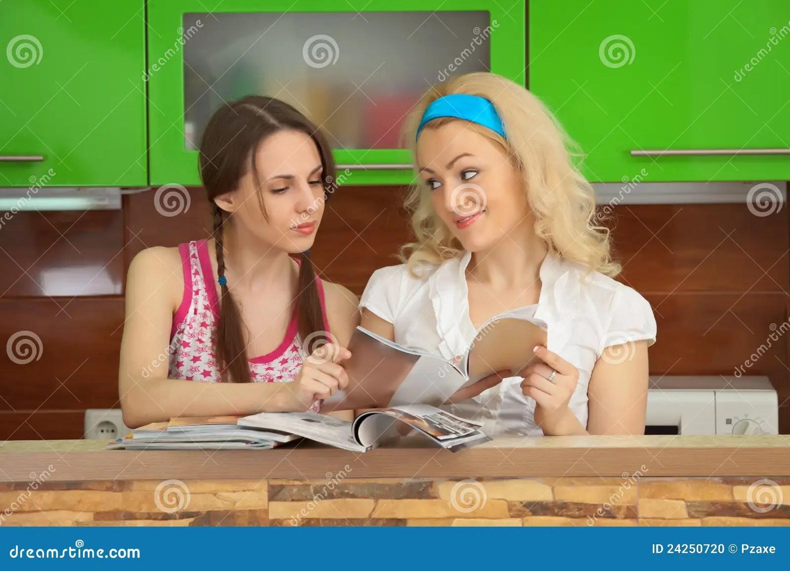 kitchen magazines cabinet set 女朋友厨房杂志s二妇女库存照片 图片包括有空白 手表 相当 乐趣 女朋友厨房叶子杂志s二妇女