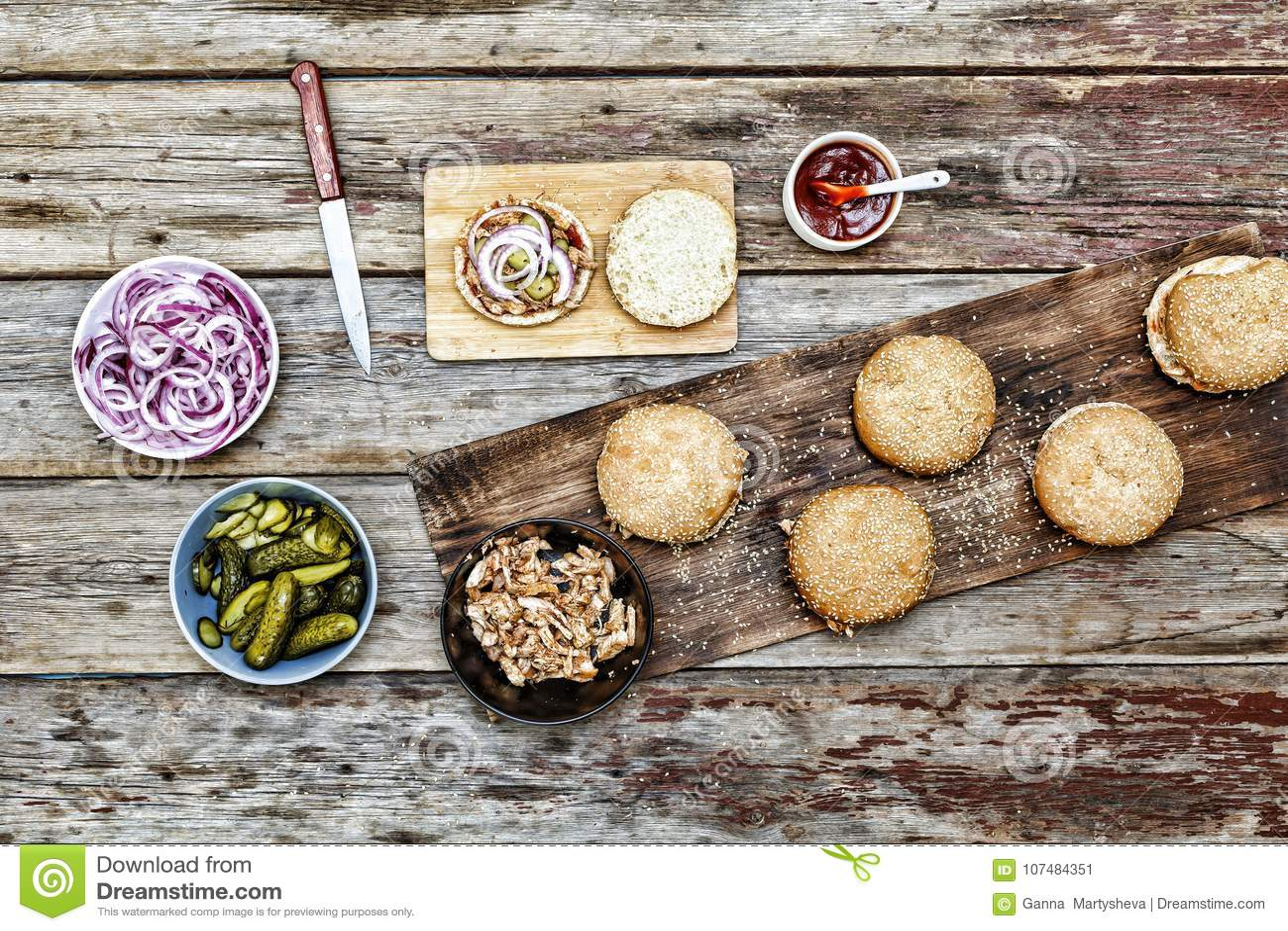 kitchen prep table teal appliances 妇女厨师准备汉堡汉堡汉堡和汉堡成份在木厨房用桌上库存图片 图片包括有 妇女厨师准备汉堡汉堡汉堡和汉堡成份在木厨房用桌上