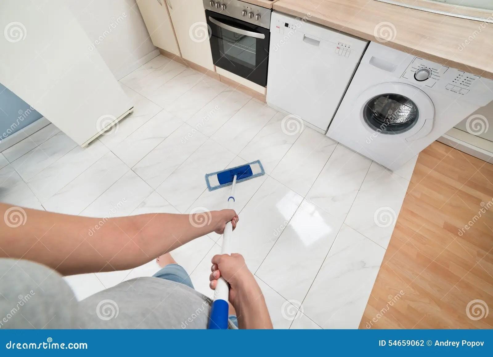 kitchen floor covering lighting fixtures ceiling 妇女清洁厨房地板库存照片 图片包括有清理 厨房 差事 国内 拖把 妇女清洁与拖把的厨房地板特写镜头