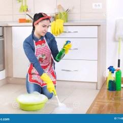Cleaning Kitchen Floors Sink 妇女清洁厨房地板库存图片 图片包括有内部 偶然 Bastien 室内 夫人 妇女清洁厨房地板