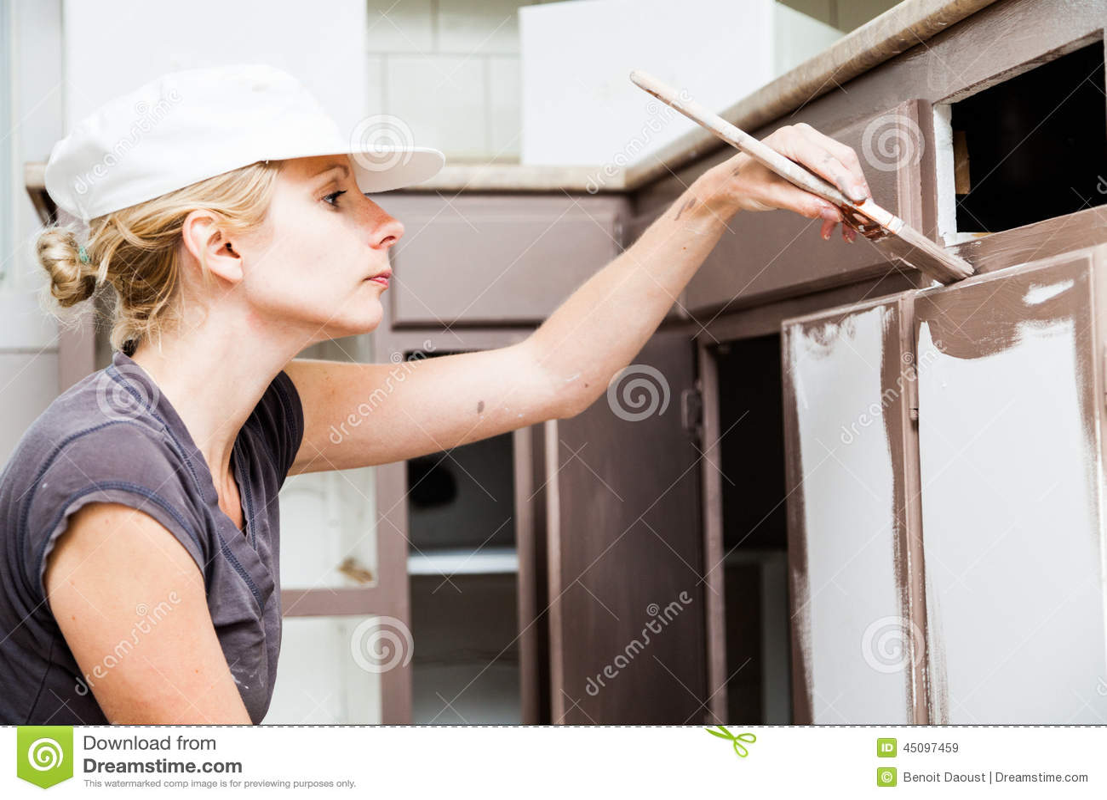 blonde kitchen cabinets black metal 妇女绘画厨柜特写镜头库存图片 图片包括有设计 成人 维修服务 妇女绘画厨柜特写镜头