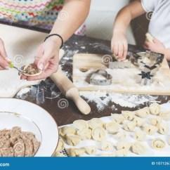 Macys Kitchen Aid Red Cherry Cabinets 妈妈和女儿在厨房里在家一起做饺子库存照片 图片包括有女性 手工制造 妈妈和女儿在厨房里在家一起做饺子