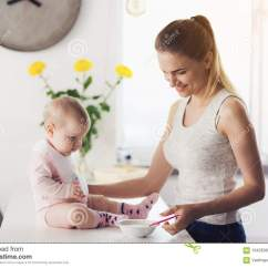 Ellas Kitchen Baby Food Hansgrohe Metro Higharc Faucet 妈妈和婴孩在厨房里妇女喂养婴孩用婴儿食品库存图片 图片包括有快乐 妈妈和婴孩在厨房里妇女喂养婴孩用婴儿食品