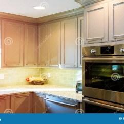 Renew Kitchen Cabinets Las Vegas Hotel With 安装新的归纳滚刀在厨柜的现代厨房厨房设施库存照片 图片包括有更新 安装新的归纳滚刀在厨柜的现代厨房厨房设施
