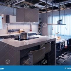 Kitchens Store Restoration Hardware Kitchen Island 宜家厨房商店样房购物编辑类照片 图片包括有烤箱 计划 销售额 现代 宜家厨房商店样房购物