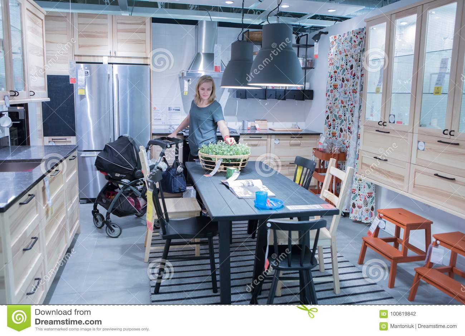 kitchen displays commercial equipment 宜家展示室图库摄影片 图片包括有卡罗来纳州 多数 女孩 人们 现代 现代厨房展示室一致宜家的地点