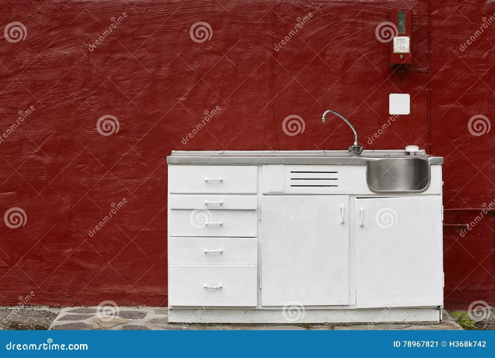 farmhouse kitchen faucet samsung appliance set 室外厨柜水槽和龙头在红色墙壁库存图片 图片包括有清洁 陆运 肥皂 室外厨柜水槽和龙头在红色墙壁