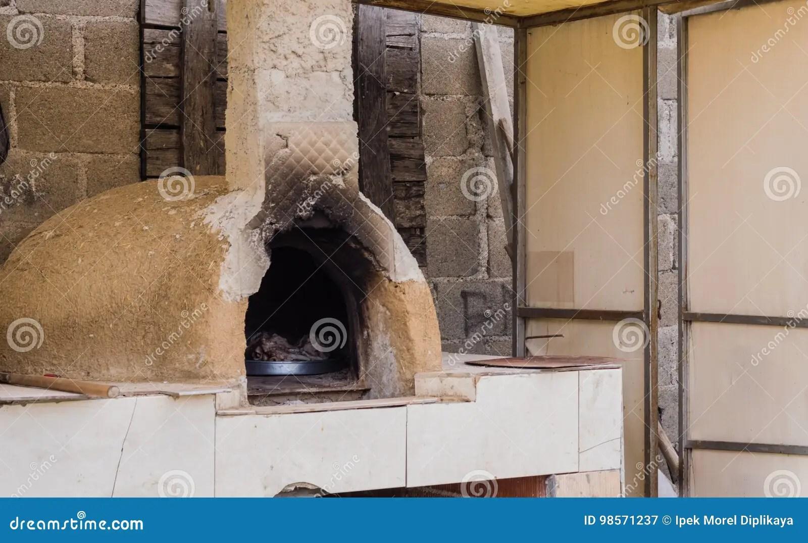 sears kitchen amish island 室外黏土烤箱在屋顶下在传统村庄房子 埃斯基谢希尔 土耳其里库存图片 室外黏土烤箱在屋顶下在一个传统村庄房子里 土耳其