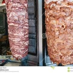 Kitchen Grills Chicago Remodeling 室外shawarma的未加工的食物 两在纵型烤架的肉在与菜的厨房背景在不锈 特写镜头 两在纵型烤架的肉在与菜的厨房背景在不锈钢容器