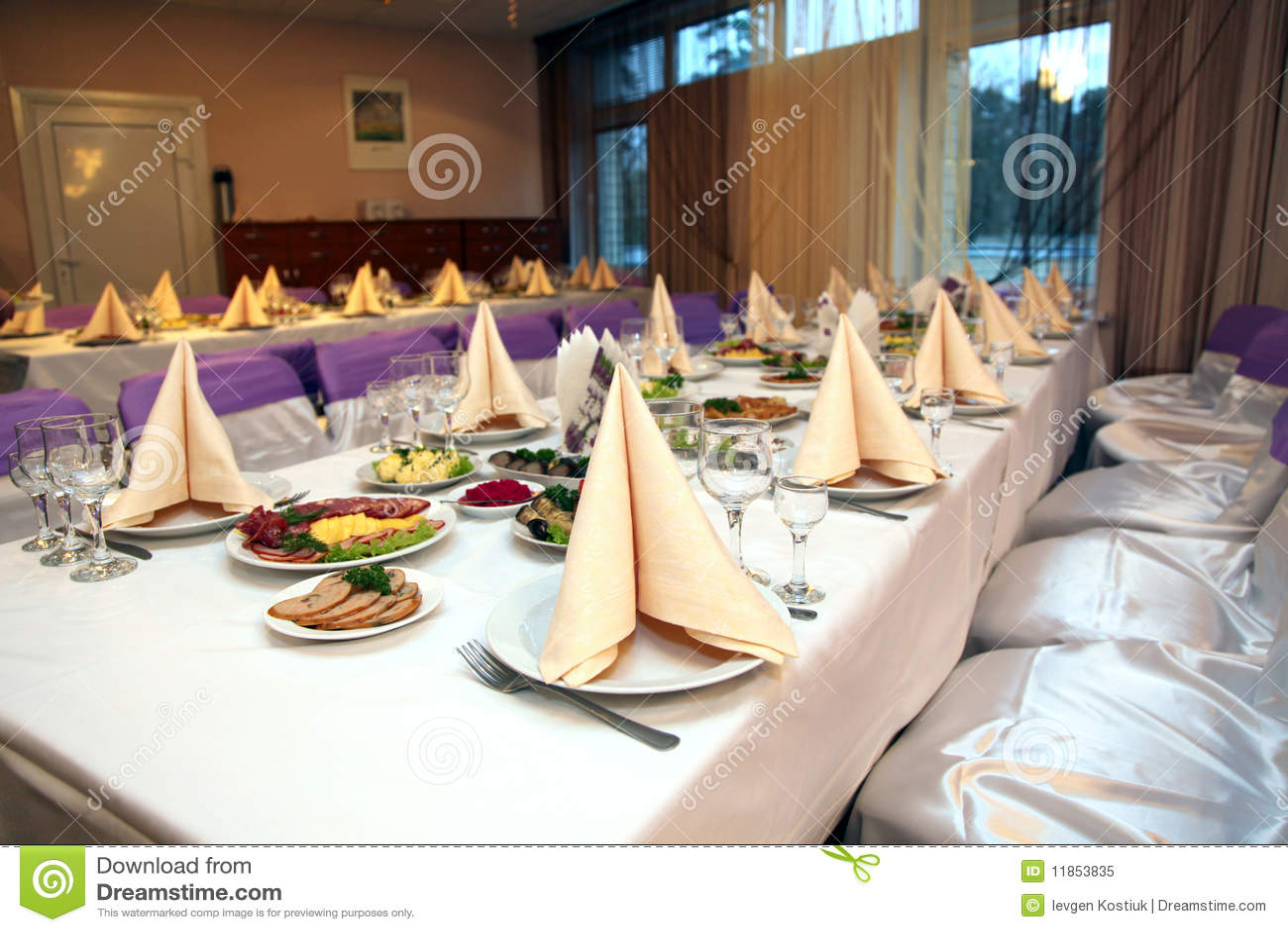 kitchen banquet tiny table 宴会食物表库存图片 图片包括有当事人 服务 邀请 厨房 彀子 牌照 宴会食物表