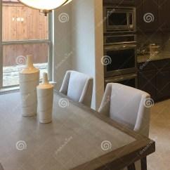 Kitchen Aid Range Sink Amazon 家庭娱乐室和厨房在一个新房里设计库存照片 图片包括有现代 内部 方便 好的家庭娱乐室和厨房在一个新的现代房子 Tx美国里设计