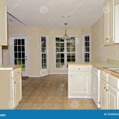 Small Kitchen Sinks Led Light 小厨房饭厅库存照片 图片包括有水槽 安排 法国 空间 计数器 存贮 对饭厅的一个看法从没有火炉的一个小厨房