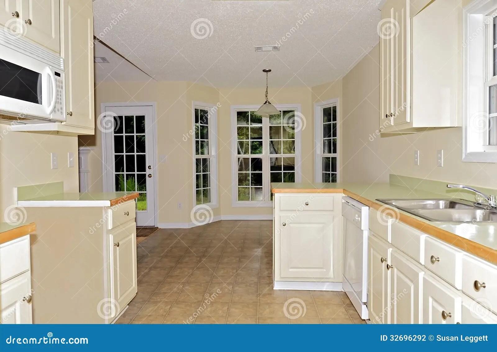 small kitchen sinks round table seats 8 小厨房饭厅库存照片 图片包括有水槽 安排 法国 空间 计数器 存贮 对饭厅的一个看法从没有火炉的一个小厨房