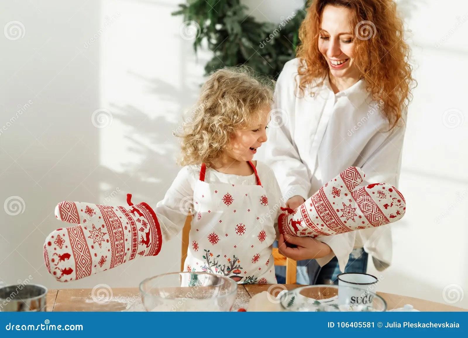 kitchen apron for kids outdoor cabinets kits 小坚硬工作的孩子戴着厨房手套 并且围裙 去帮助她的母亲厨师晚餐 有 去帮助她