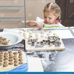 Macys Kitchen Aid Glass Storage Containers 小女孩计划她的母亲在家做的饺子库存图片 图片包括有厨房 酥皮点心 小女孩计划她的母亲在家做的饺子
