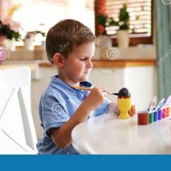 Kid Kitchens Kitchen Aid Knives 小孩男孩着色在复活节假日怂恿在国内厨房里库存图片 图片包括有子项 一点白肤金发的孩子男孩着色在复活节假日怂恿在国内厨房里