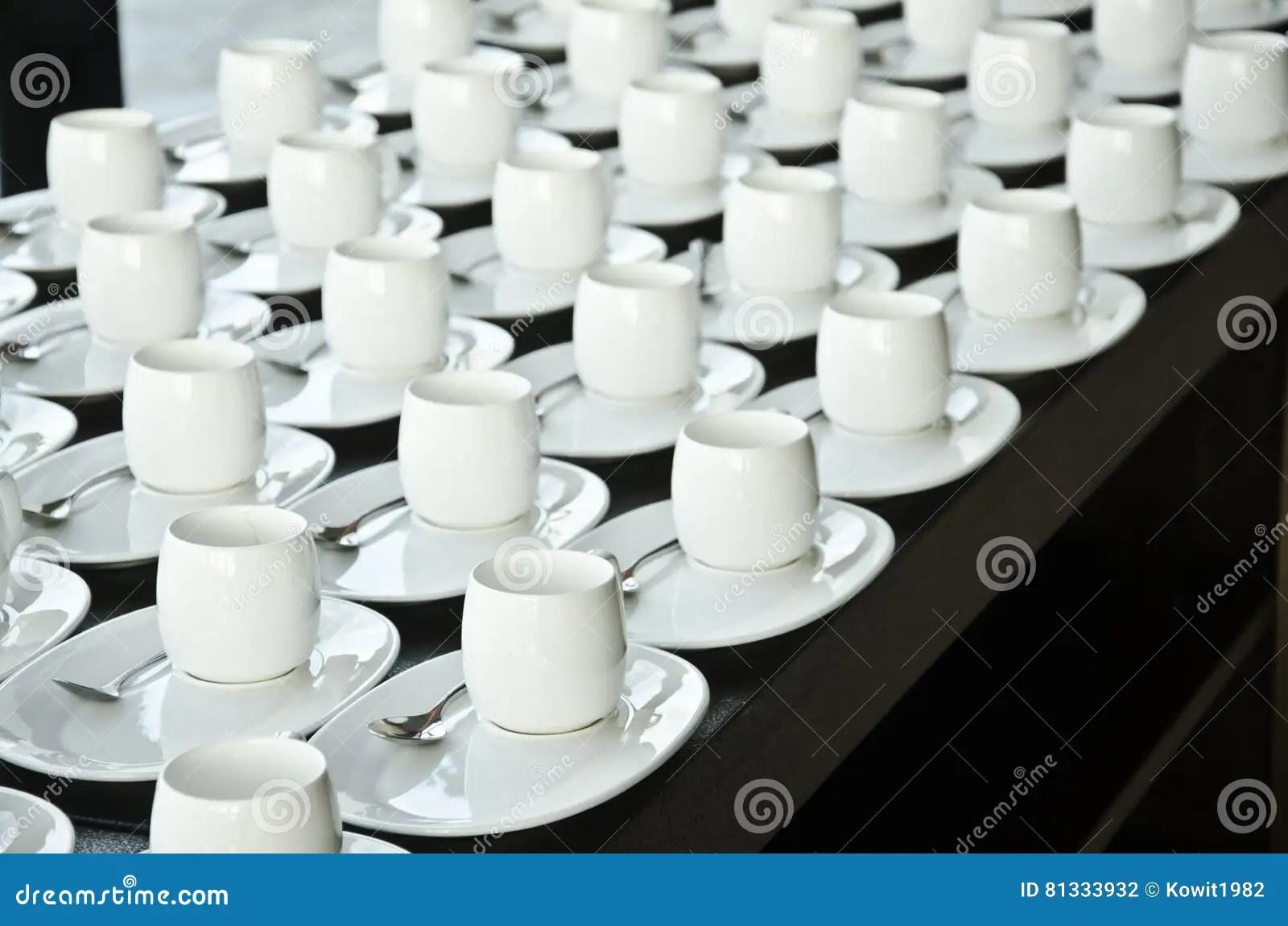 white kitchen buffet the orleans island 小组咖啡杯咖啡的空的杯子白色杯子许多行服务茶或咖啡的在自助餐事件的 小组咖啡杯咖啡的空的杯子白色杯子许多行服务茶或咖啡的在自助餐事件的早餐在承办酒席和鸡尾酒的白色杯子