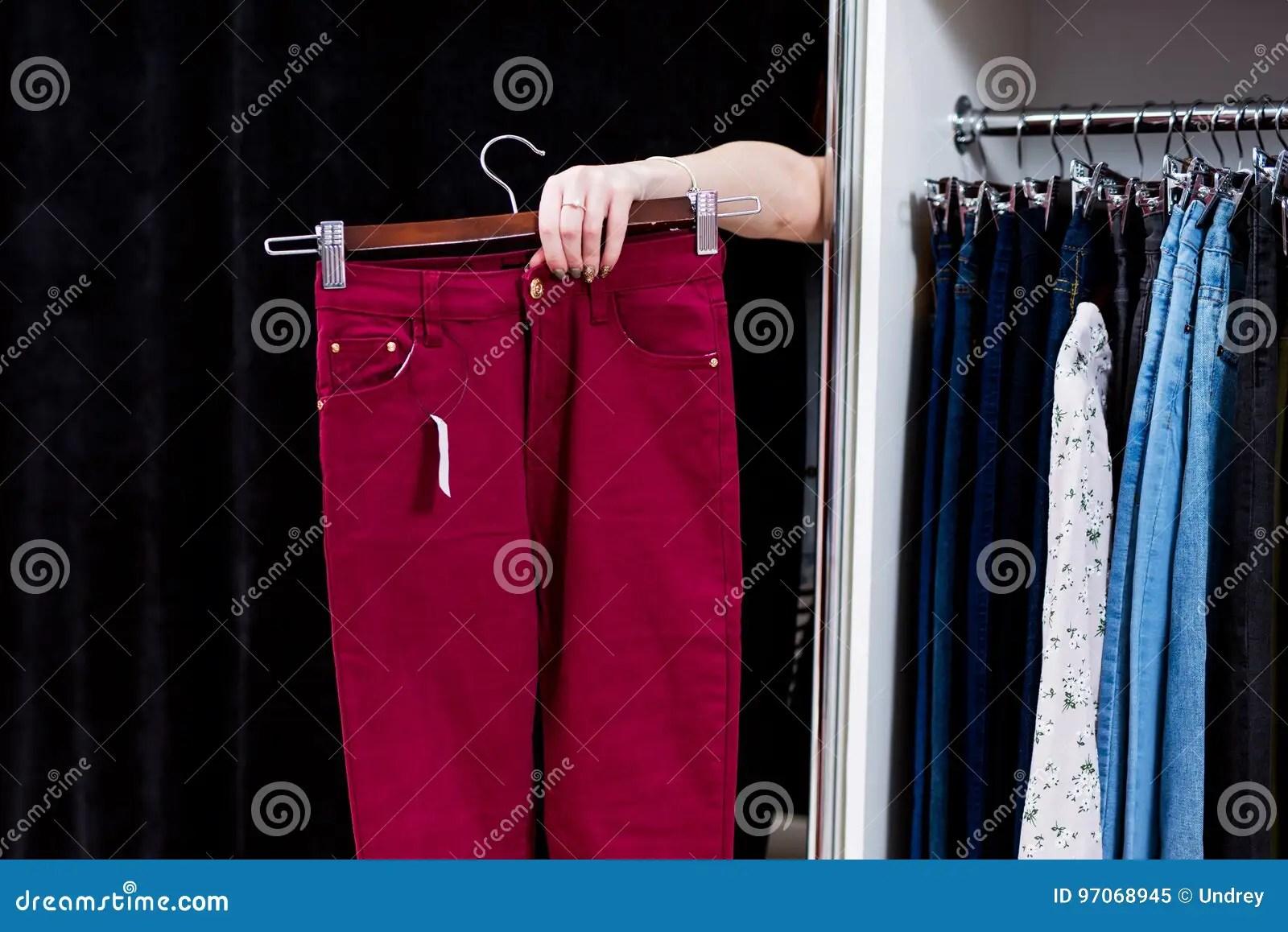 kitchen aid professional fifth wheel with outdoor 尝试在提供援助从一个试装间的服装店的裤子的妇女手拿着长裤库存图片 尝试在提供援助从一个试装间的服装店的裤子的妇女