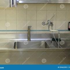 Kitchen Prep Sink Cabinet Painters 工业厨房大不锈钢水槽库存图片 图片包括有清洁 管道 内部 学校 水盆 工业厨房大不锈钢水槽的食物为许多人民做准备