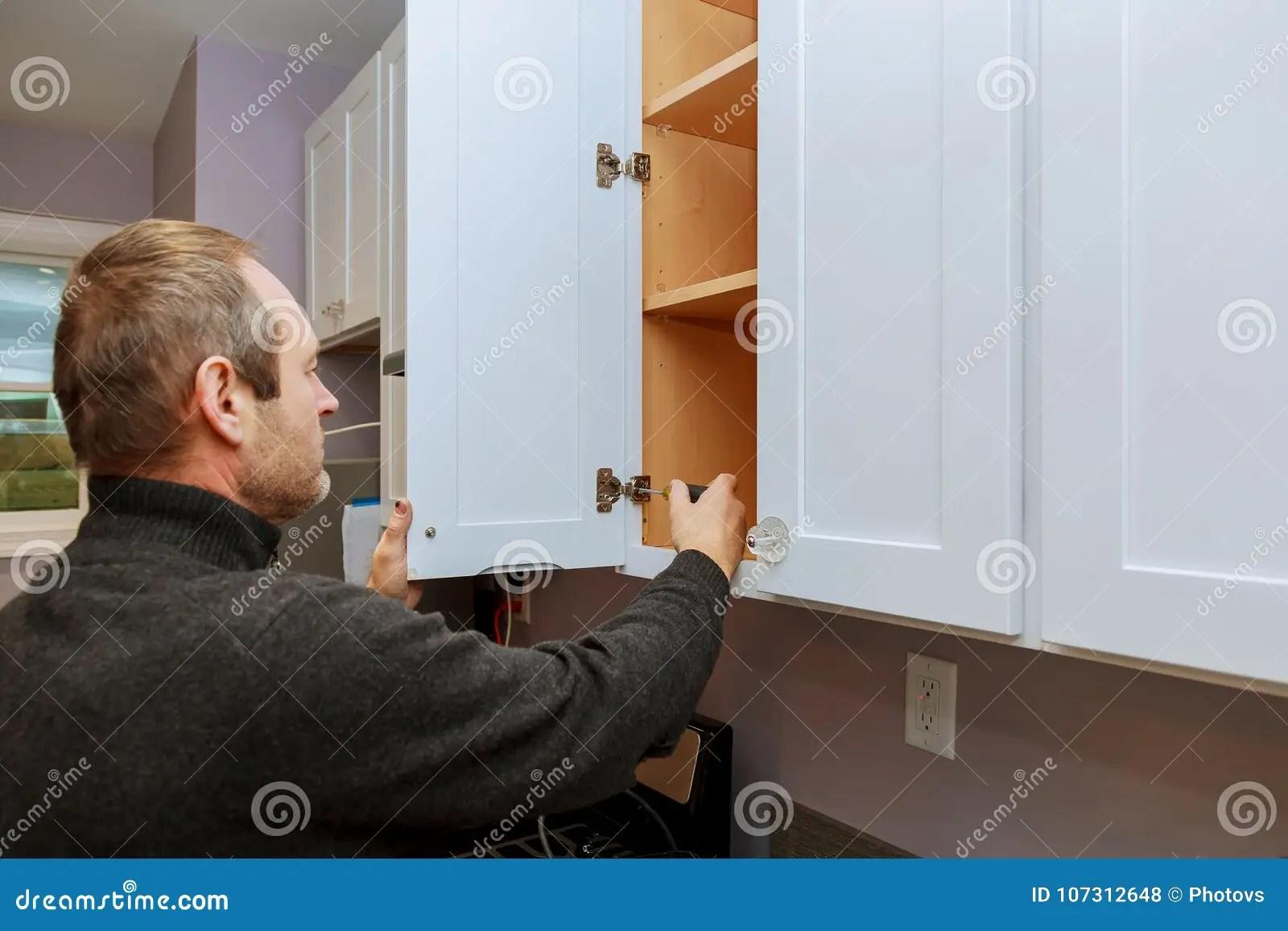 kitchen cabinets set amy's soup 工作者设置在白色内阁的新的把柄有安装厨柜的螺丝刀的库存照片 图片包括 工作者设置在白色内阁的新的把柄有安装厨柜的螺丝刀