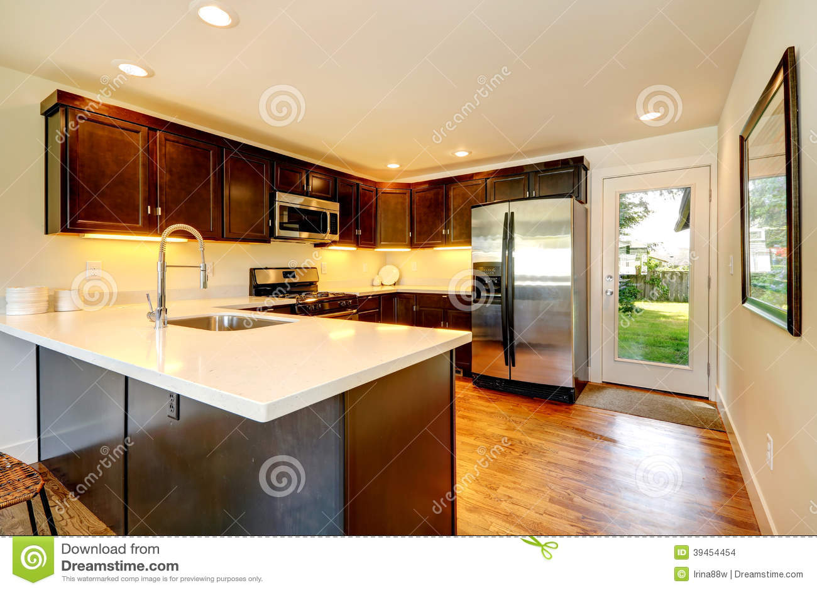 backyard kitchen designs stainless steel faucet with pull down spray 巧克力颜色有门的厨房室对后院库存照片 图片包括有厨房 设计 实际 巧克力颜色有门的厨房室对后院